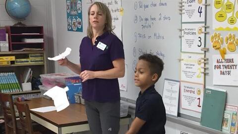 Un estudiante de segundo grado prueba un 'drone' hecho en su clase en la...