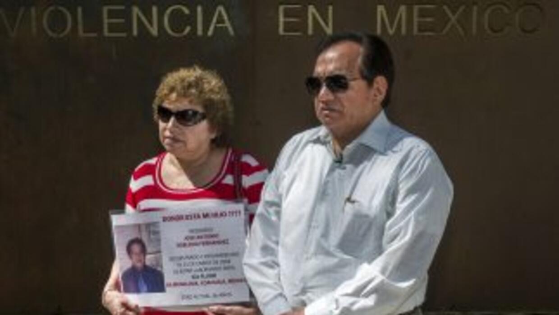 Los padres de un joven desaparecido en el Memorial de las Víctimas de la...