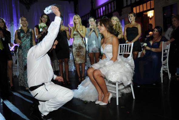 Aníbal hizo el ritual de quitarle la liga a la novia para luego lanzarla...