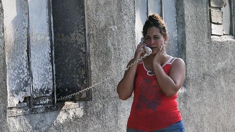 Una cubana habla por teléfono en una calle de La Habana el 11 de...