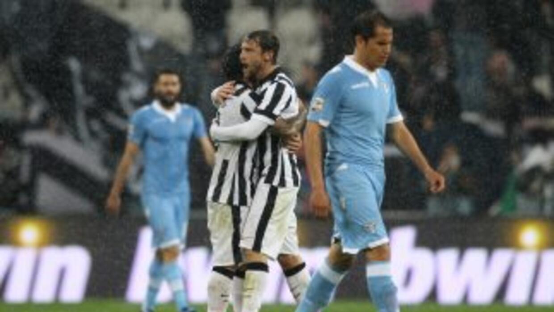 Marchision felicita a Tévez por su gol.