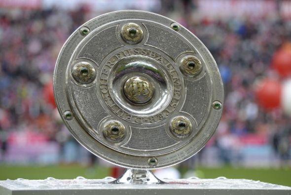 El Escudo de campeón esperaba al pie de la cancha del Allianze Arena por...
