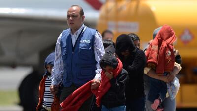 Un grupo de indocumentados hondureños arriban a Tegucigalpa tras...