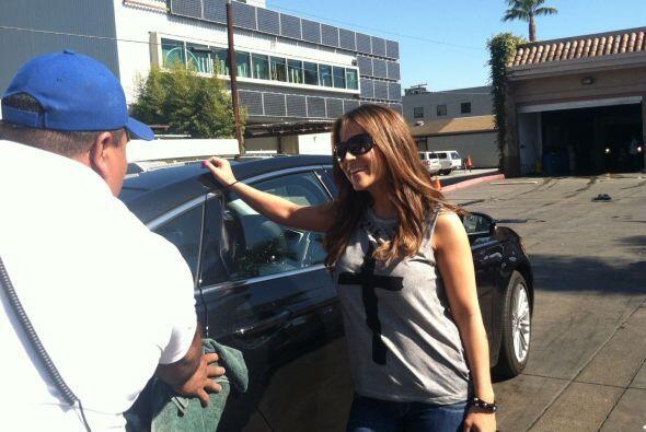 Este hombre le da los últimos toques al auto de Jackie Guerrido.