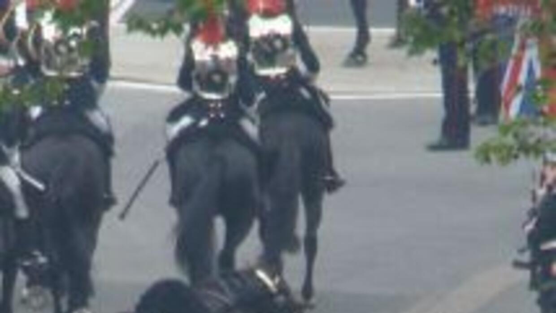 El Gordo captó justo el momento en el que un soldado cayó del caballo, m...