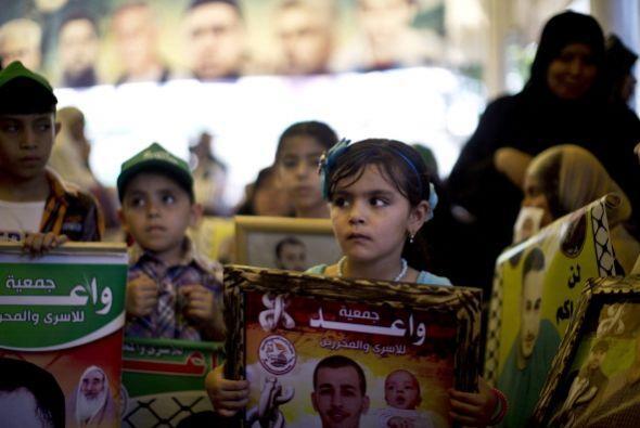 Donde manifestantes sostenían la imagen de Marwan Barghuti, un líder del...