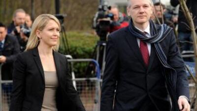 El fundador de Wikileaks, Julian Assange, llega con su abogada Jennifer...