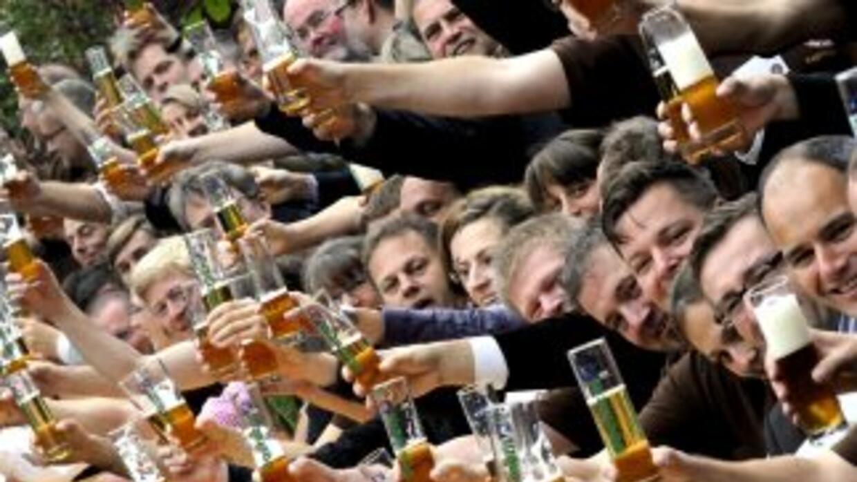 Casi ochenta personas brindan con cerveza durante la cata para el Premio...
