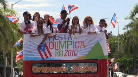 En una caravana para celebrar la Fiesta Olímpica, los atletas que repres...