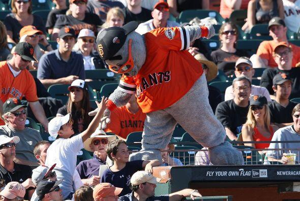 Lou Seal, de los Gigantes de San Francisco, es una de las coloridas masc...