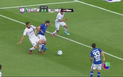 Cruz Azul vs Querétaro: Corona le hace claro penalti a Pavone