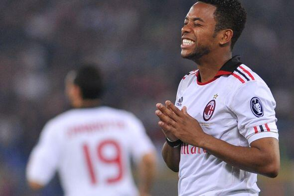 El delantero brasileño del Milan, Robinho, no pudo convertir en el parti...
