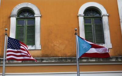 Las banderas de EEUU y Puerto Rico en el viejo San Juan (archivo)