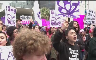 Cientos de mujeres invadieron el centro de Los Ángeles para conmemorar p...