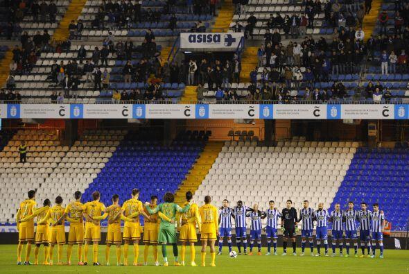 Antes del incio del partido se guardo un minuto de silencio contra la vi...