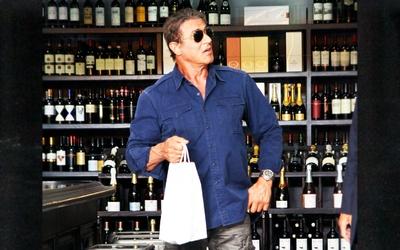 Sylvester Stallone comprando vinos