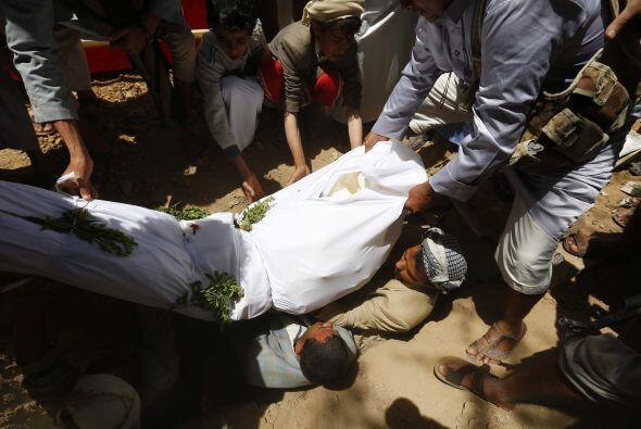 Seguidores del movimiento de los hutíes entierran a uno de los hutíes fa...