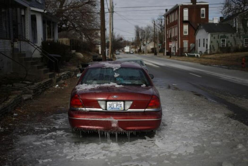Un sedán cubierto de hielo quedó estacionado en Louisville , Kentucky.