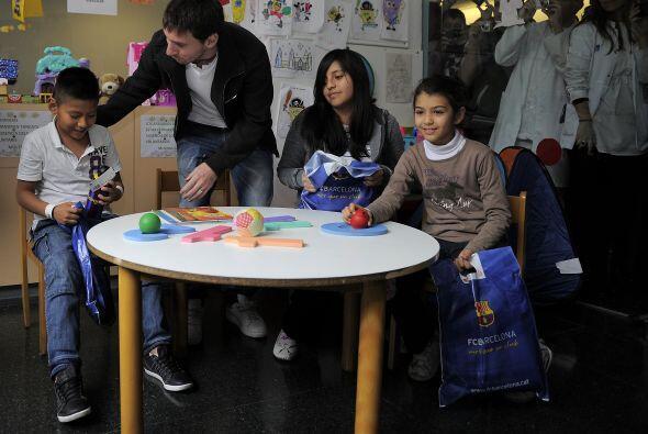 Algunos niños no sabían cómo reaccionar ante Messi, a quien sólo veían e...