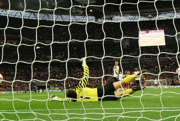 Pero Van der Sar no pudo y se convirtió en el 2 a 1 a favor de lo...