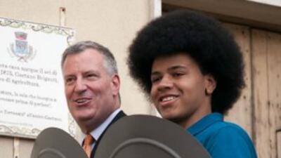 El alcalde de NY, Bill de Blasio, y su hijo Dante de Blasio durante una...