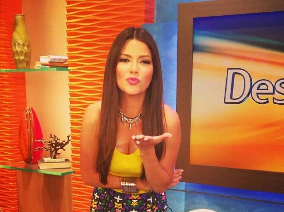 """""""Les mando un beso desde la cada mas feliz de la televisión hispana. @De..."""