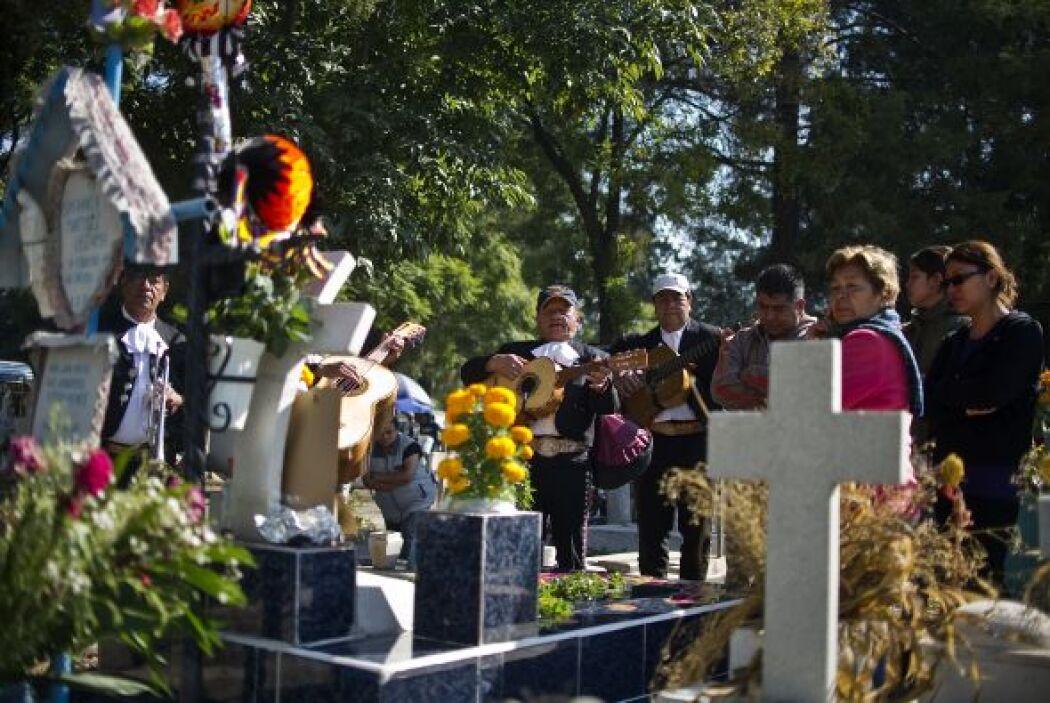 Muchas familias por tradición van a los panteones a llevar flores y vela...