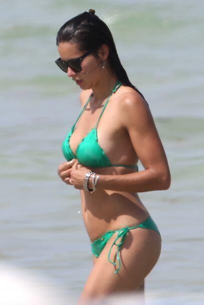 La guapa modelo estuvo tomando el sol en las playas de Miami.Mira aquí l...