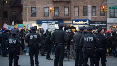Miembros del NYPD durante una manifestación por los inmigrantes m...