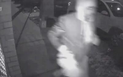 Ladrón que acecha a mujeres en Queens es buscado por las autoridades