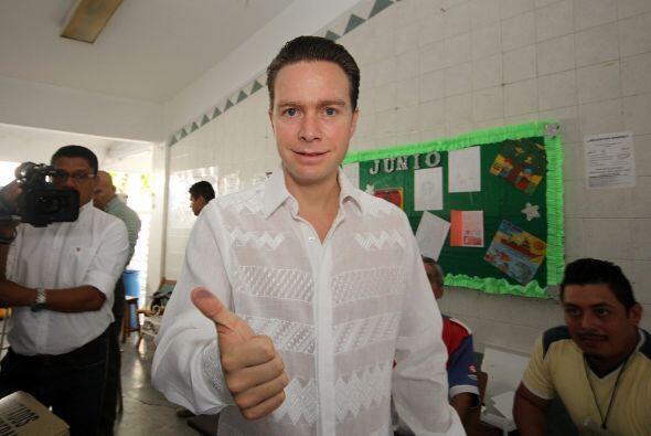 Manuel Velazco Coello, gobernador de Chiapas, sufraga en la escuela prim...