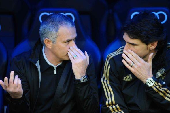 El entrenador José Mourinho no paraba de dar indicaciones a Aitor...