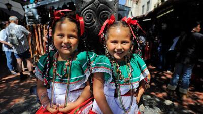 Niñas celebrando el Cinco de Mayo en la placita Olvera en Los &Aa...