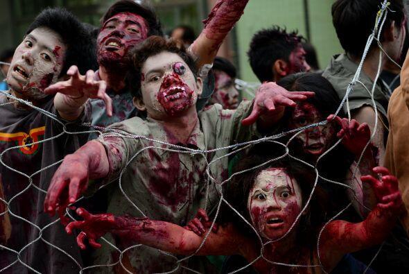 Muertos sin alma que diambulan por la ciudad, así lucieron los zombis fi...
