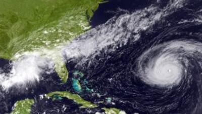 """El huracán """"Danielle"""" perdió fuerza y se degradó a categoría dos."""