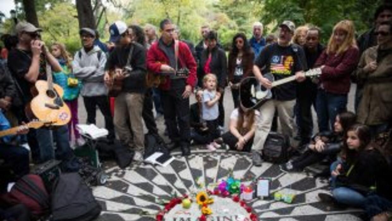 Fans de John Lennon cantaron temas del ídolo del rock para honrar su mem...
