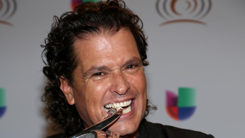 Carlos Vives recibiendo su galardón a la excelencia.