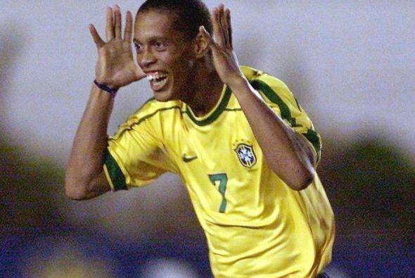 A nivel selección Ronaldinho debutaría con el equipo mayor...