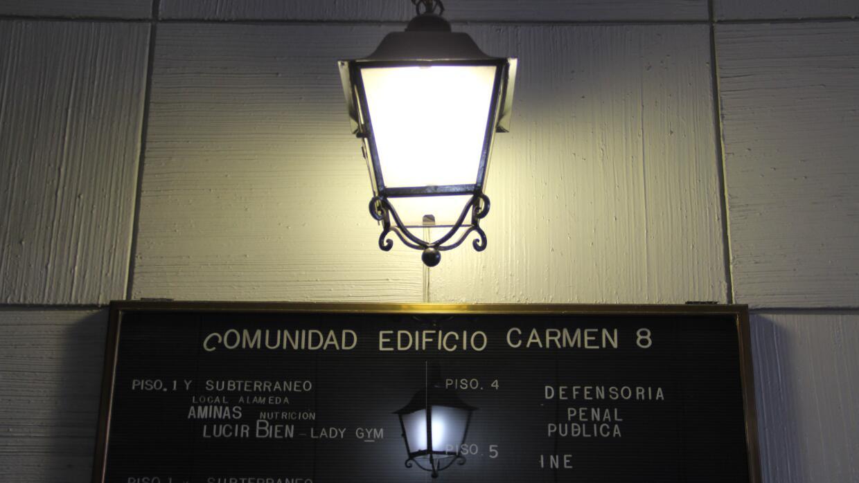 Un letrero en el edificio Carmen 8 de Santiago, con el nombre de la Defe...