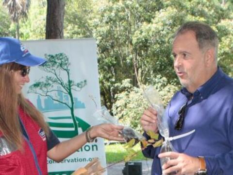 Para apoyar el Día de la Tierra, Raúl de Molina particip&o...