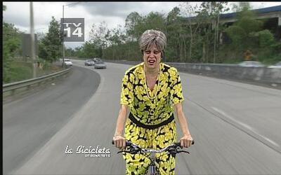 Doña Soto sale a la calle en su bicicleta