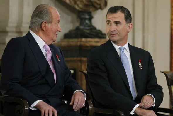 Tras la firma, el rey cedió al príncipe de Asturias su sit...