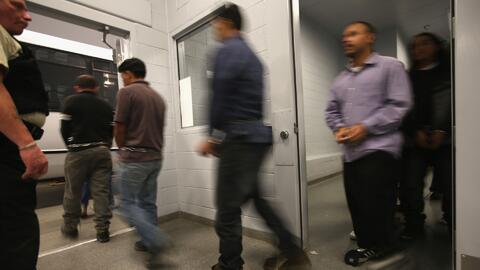 ¿Puede una persona detenida por ICE ser deportada de inmediato?