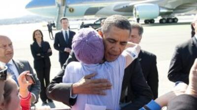 Abraza a una niña que lo llegó a recibir al aeropuerto de San Francisco.