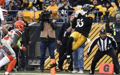 Cobi Hamilton recibe el pase del TD de la victoria para Pittsburgh.