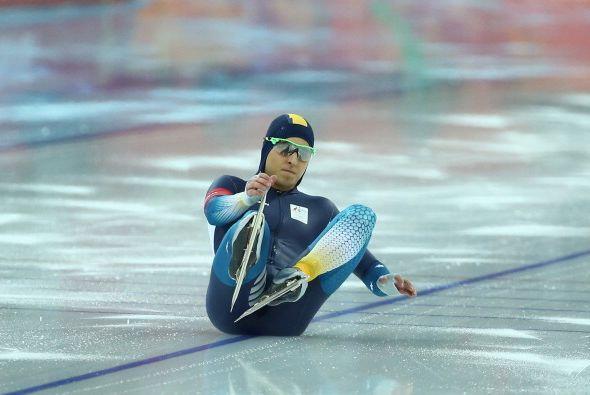 Daniel Greig, de Australia, cayó sobre el hielo mientras calentab...