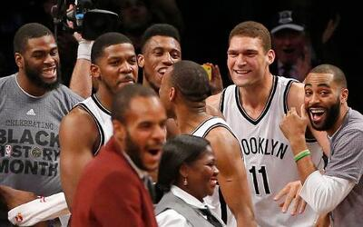 Los Nets de Brooklyn celebran luego que su alero Joe Johnson (segundo de...
