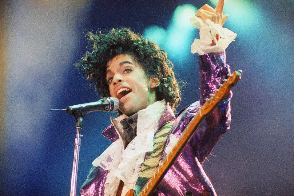 ARCHIVO - Prince durante una presentación en Forum en Inglewood, Califor...