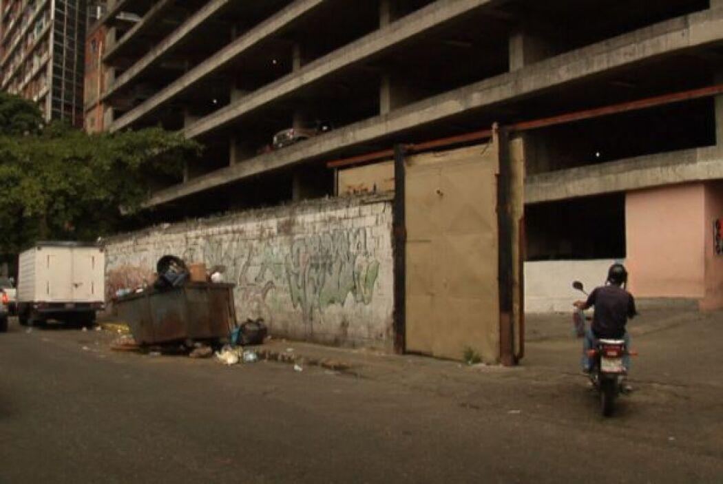 La moto-taxi lo sube por los estacionamientos hasta el décimo piso por u...