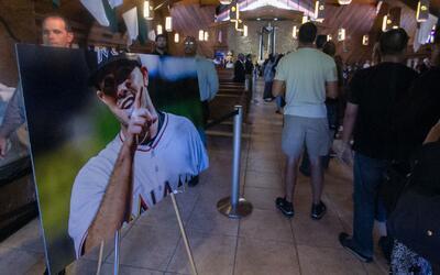 Miles de personas le dan el último adiós al pelotero cubano José Fernández